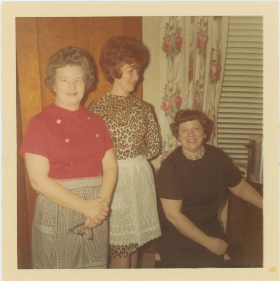 1967-christmas-mom-aunt-helen-wearing-aprons